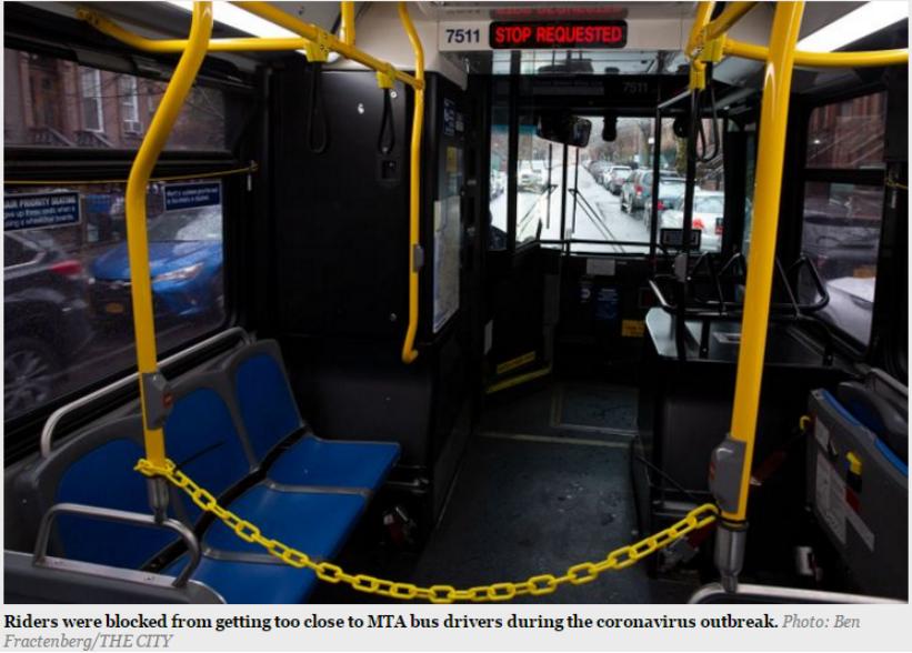 纽约公交车前三排用铁链围蔽阻止乘客靠近驾驶员。