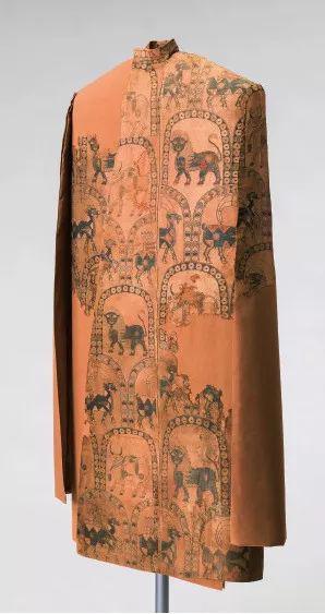 绣狮、鹿、牛和山羊纹以及藏文的带假袖披风。