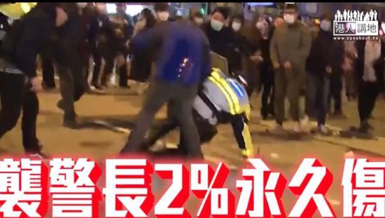 """""""旺暴""""现场梁天琦(口罩黑衣者)袭警(图:港媒)"""