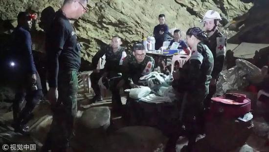 救援人员在现场。图片来自视觉中国