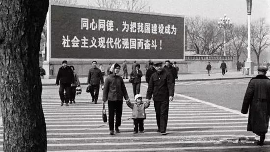 """很长一段时期里,""""一家三口""""成为中国城市常见的家庭结构。"""