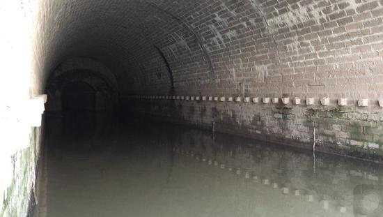 位於達川區仙鶴遊園下方的涵洞出口。澎湃新聞記者 王鑫 圖