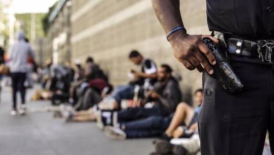 ▲在洛杉磯市中心的貧民窟,有人用現金、食物等僱用無家可歸者僞造選民簽名 圖自《洛杉磯時報》