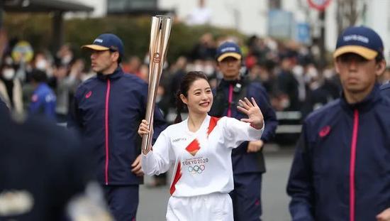 石原里美参加奥运火炬传递彩排。