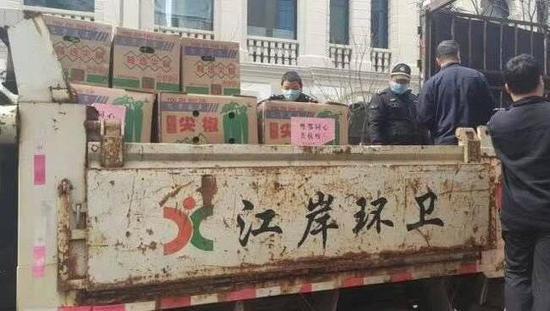 武汉江岸区回应环卫车辆运尖椒:不是垃圾转运车,菜没直接接触车图片