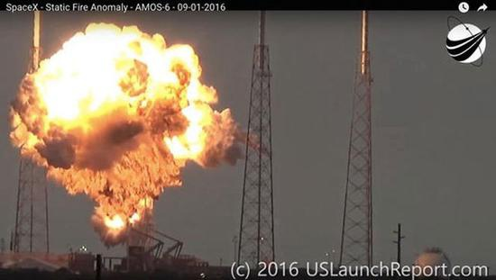 在空中靜態燃燒實驗中爆炸的獵鷹9號火箭