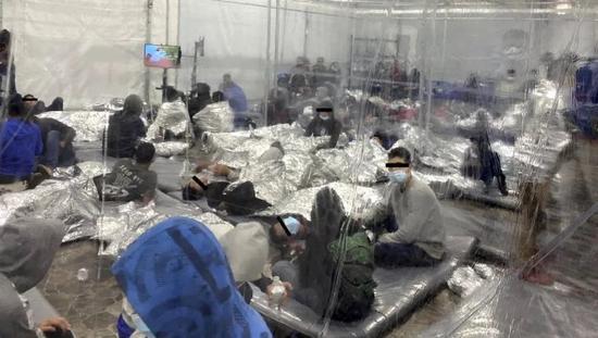 美国移民儿童收容点内部曝光:数百人被迫挤塑料帐篷