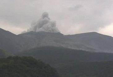 资料图:火山口喷出大量烟雾(图源:每日新闻)