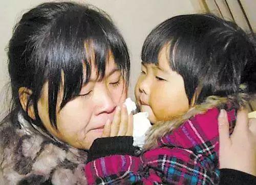 孟诗妍给妈妈擦眼泪。