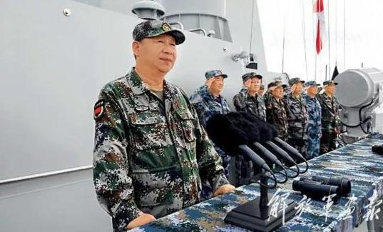 △ 2018-08-15上午,中央军委在南海海域隆重举行海上阅兵,习近平检阅部队并发表重要讲话。这是习近平在检阅海上编队