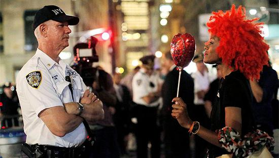 black lives matter游行中的民众与警察对峙。视觉来源:图片中国