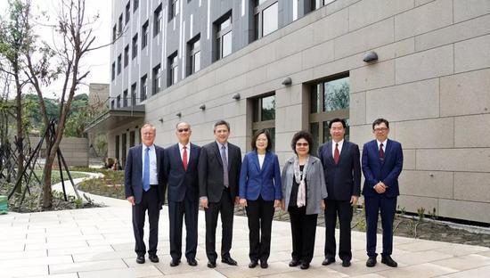 蔡英文日前参访美国在台协会台北办事处内湖新馆