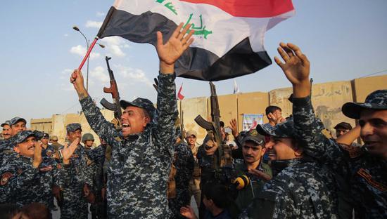 伊拉克军队庆祝胜利 图自半岛电视台