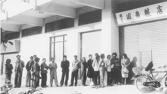 1984年深圳取消粮油额定供应,人们在园岭粮店排队购粮(深圳博物馆供图)