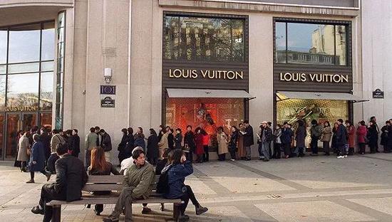 ▲土耳其奢侈品店前如龙的长队。