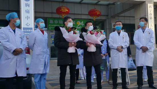 圖爲2月11日下午青海省兩名新型冠狀病毒肺炎患者(病例8、11)在西寧市第三人民醫院治癒後出院。
