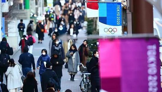 日本街头的奥运标语与戴口罩的人们(图源:VCG)