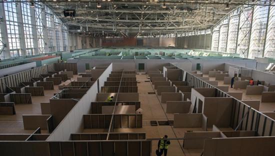这是5月2日在俄罗斯首都莫斯科拍摄的正在修建中的临时医院。新华社/卫星社