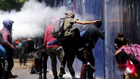 抗议者在美国驻墨西哥大使馆外示威(路透社)