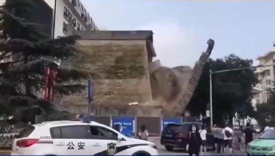 西安一处城墙坍塌4伤 亲历者:幸亏公交车早开了10秒
