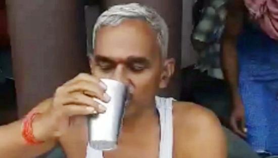 印度议员示范喝牛尿预防新冠:最好早上空腹喝
