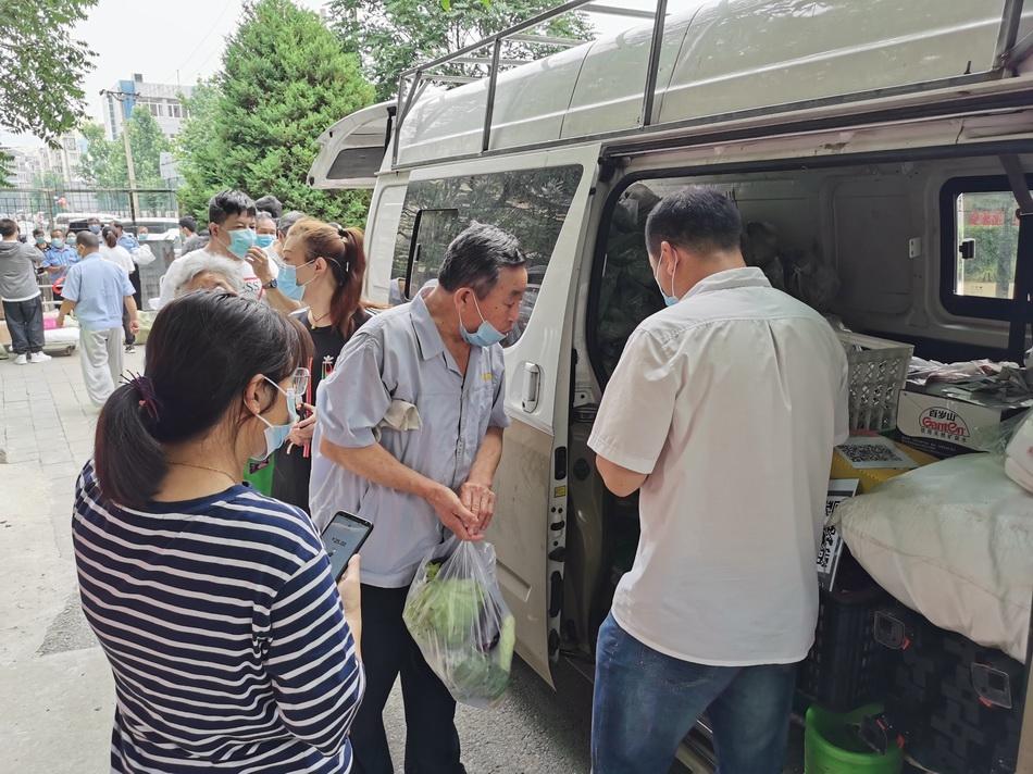 关闭后,小区隔日会有一辆物资车来卖菜。 受访者供图