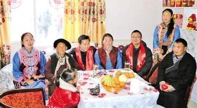 ▍浙江援川干部林冬晓(右三)看望搬下高半山安置到河坝地带的羌族村民。