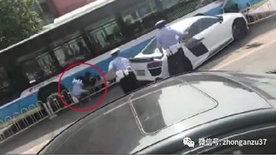▲19日上午,跑车冲卡时交警被撞倒在地(红圈处)。视频截图
