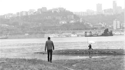刘滔每天都要到长江边指定范围查看有无违法捕鱼者并进行劝阻。 本报记者 甘侠义 摄