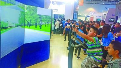 数博会现场,观众在体验沉浸式VR自行车。光明日报记者李慧摄/光明图片