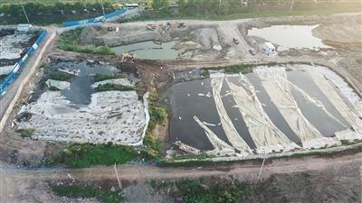 6月11日,江苏泰兴市滨江镇头圩村紧靠长江岸边堆放的污泥。督察组通报,泰兴滨江污水处理公司在长江岸边违法倾倒数万吨污泥,两年来污泥堆积量大幅增加。新华社记者 季春鹏 摄