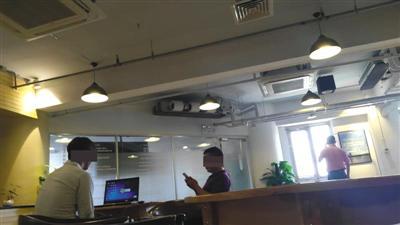 中关村创业大街昊海楼7层,硅谷汇公司负责人董先生(右)正在面试应聘者,求职者获聘将被送往菲律宾从事网络赌博业务。 新京报记者 摄