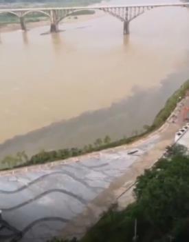 部门江面被染成玄色。