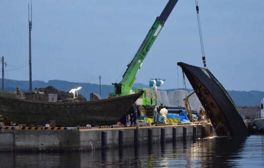 """一艘""""幽灵船""""被吊起(图源:Getty)"""