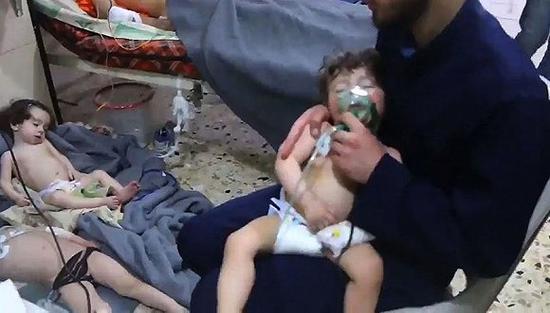 4月8日,叙利亚东古塔地区杜马镇,疑遭毒气袭击的民众。来源:视觉中国