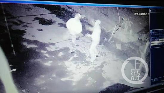 ▲监控视频显示,有人拿起石头砸玻璃。小李庄村民供图