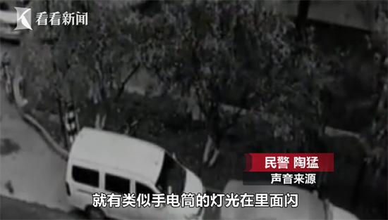 发现有人砸车盗窃 男子淡定装作路人与小偷对视 男子