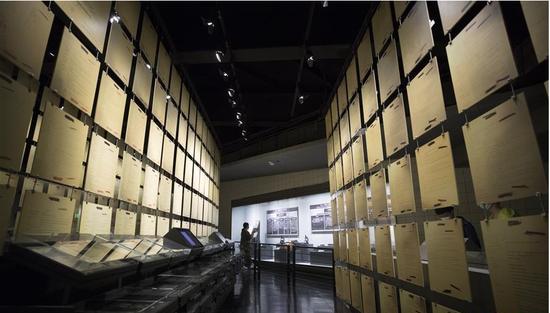 8月13日,参观者在侵华日军第七三一部队罪证陈列馆内参观