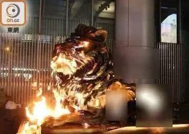 暴徒点火焚烧狮子铜像