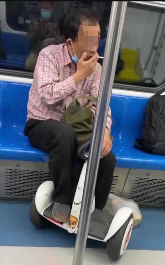 北京地铁一女子抽烟被告发 警方:扣留!