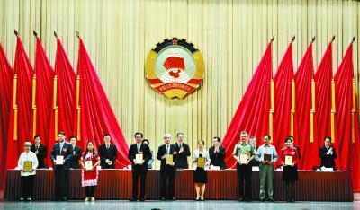 于海(前右三)在全国政协会议期间提交的有关国歌立法的提案获优秀提案。