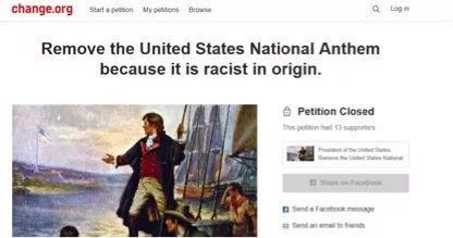 """圖爲支持卡佩尼克的人要求廢除美國""""種族主義""""的國歌"""