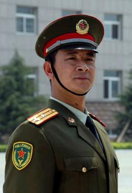 """穿87式夏常服的预备役少校,其军衔肩章上有大写的字母""""Y""""。"""