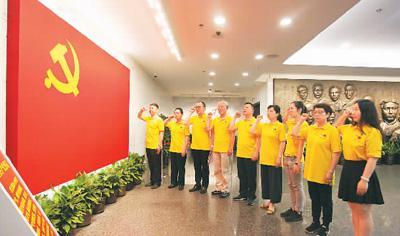 图为七月一日,党员在位于上海的中共一大会址内面对党旗宣誓。屠知力摄(人民视觉)