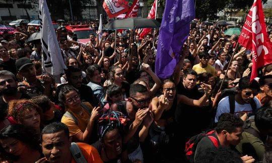 大火撲滅後,許多巴西人在博物館外面進行抗議