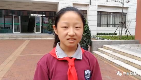 """雨中老师排队为学生架起""""彩虹桥"""""""