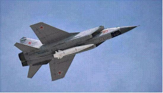 一架携带着高超音速导弹的米格-31K