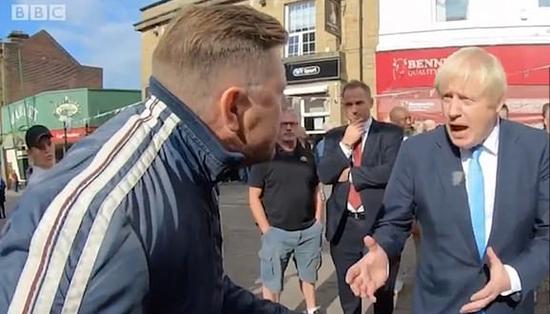 约翰逊被英国一须眉正在陌头诘责:您该来布鲁塞我会谈(图源:BBC)
