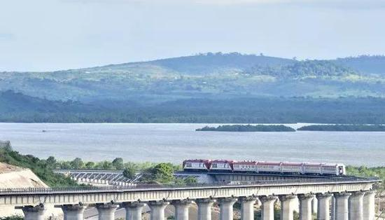 ▲资料图片:图为由中国承建的蒙巴萨-内罗毕标轨铁路(蒙内铁路)全长约480公里,于2017年5月通车。(新华社)