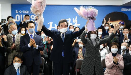 代表韩国执政党参选的李洛渊,得知计票结果后欢呼。(韩联社)